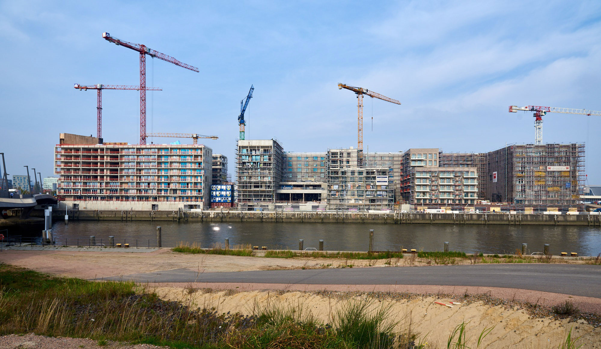 von-links-Campus-Tower,-Campus-Futura-und-Panorama